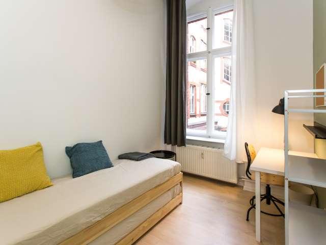 Gemütliches Zimmer zur Miete in einer Wohnung mit 7 Schlafzimmern, Mitte