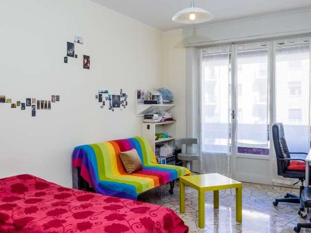Stanza ampia in un appartamento di 6 locali, Buenos Aires, Milano