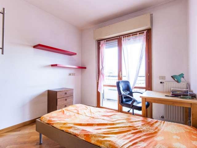 Stanza ampia in un appartamento con 5 locali in Casal dei Pazzi, Roma