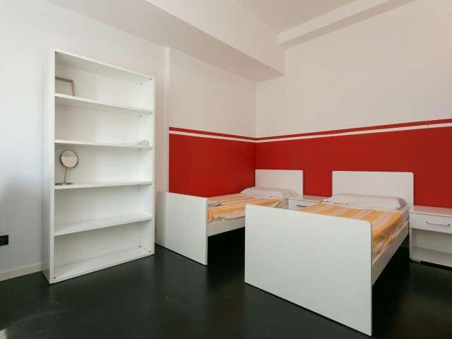 Posto letto in camera ordinata in affitto in appartamento con 4 camere da letto nei Navigli