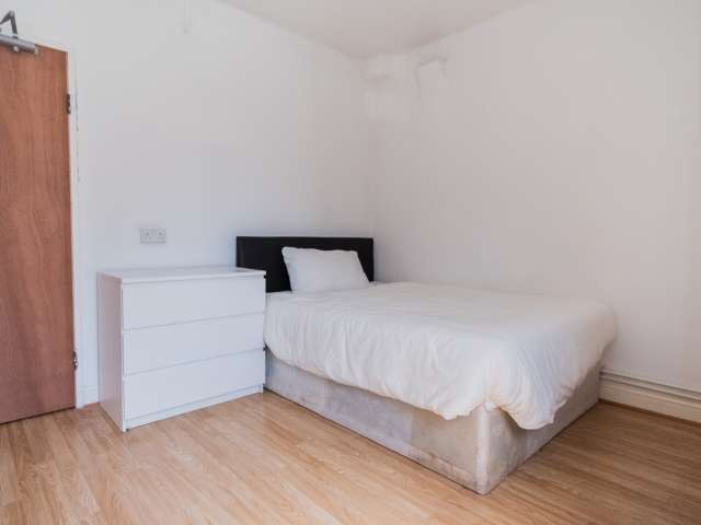 Room for rent in 3-bedroom flat in Tower Hamlets, London