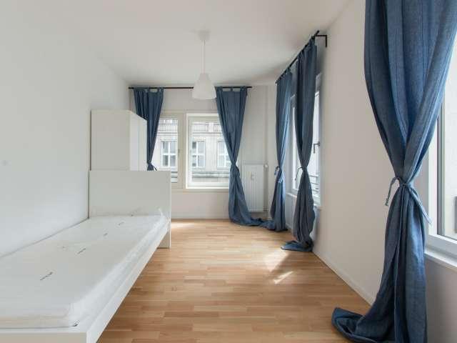 Helles Zimmer in 7-Zimmer-Wohnung in Mitte, Berlin