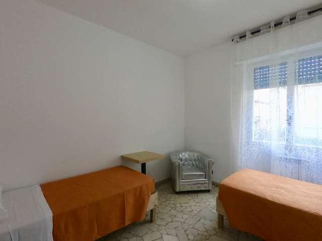Stanza condivisa in affitto in appartamento con 5 camere da letto a Sarpi