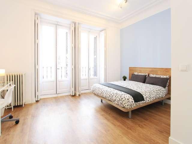 Wonderful room in 8-bedroom apartment in Retiro, Madrid