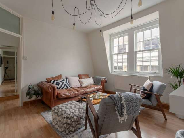 Pretty 2-bedroom flat to rent in Soho, London