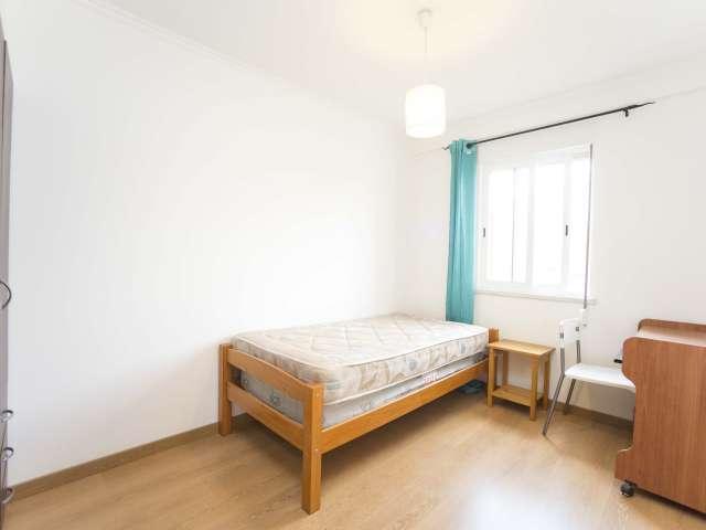 Quarto acolhedor em apartamento com 3 quartos em Santa Maria dos Olivais
