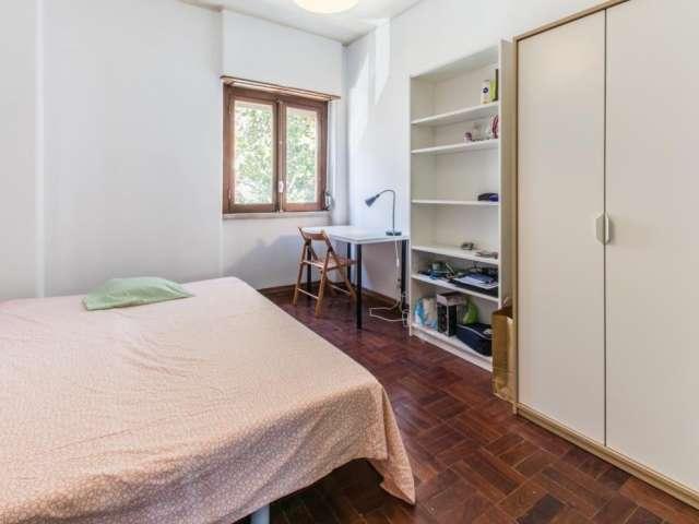 Quarto acolhedor em apartamento com 6 quartos em Campo de Ouri, Lisboa