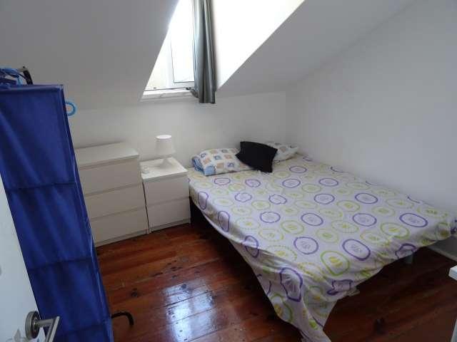 Charmoso quarto para alugar em apartamento de 4 quartos na Estrela.