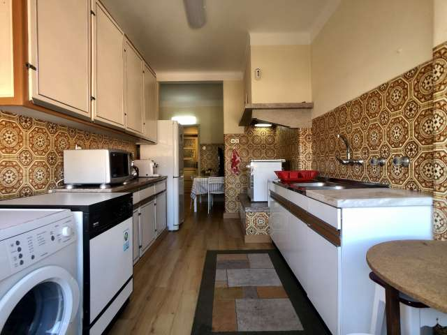 Spacious room in 4-bedroom apartment in Alvalade, Lisbon