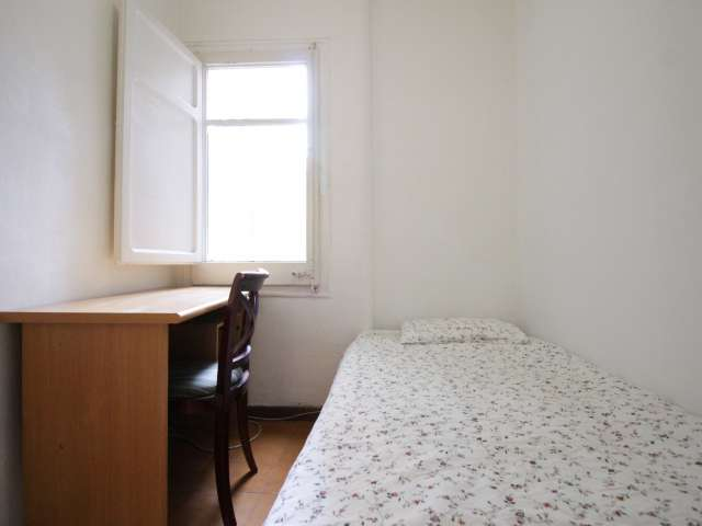Furnished room in 10-bedroom apartment in Barcelona