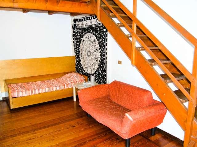 Camera da letto in appartamento con 3 camere da letto in affitto a Milano