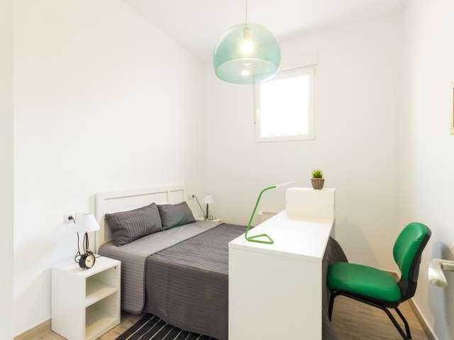 Great room in 5-bedroom apartment in Madrid Río, Madrid