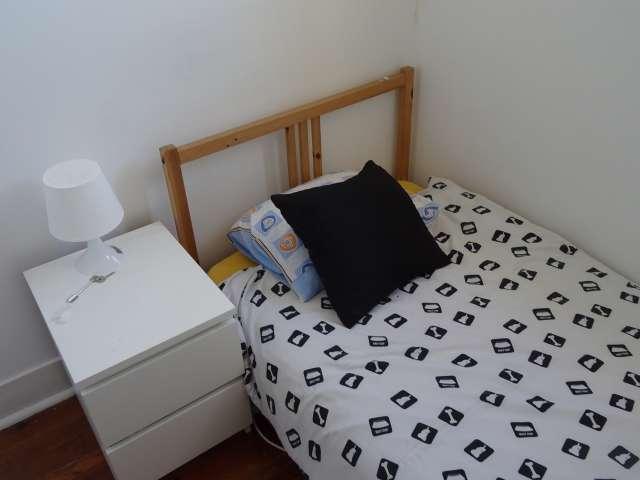 Quarto acolhedor para alugar em apartamento de 4 quartos na Estrela.