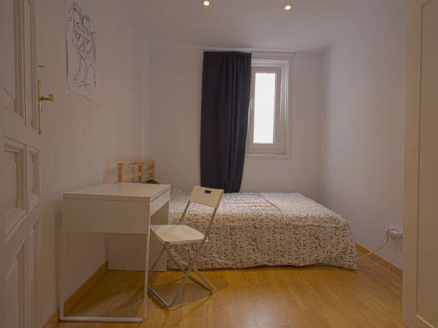 Furnished room in shared apartment in Madrid City Center