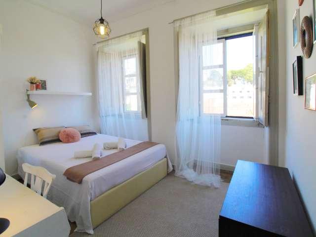 Quarto luminoso para alugar em apartamento de 7 quartos em Santo António