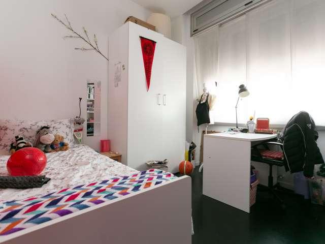 Camera Peppy in affitto in appartamento con 4 camere da letto a Navigli, Milano