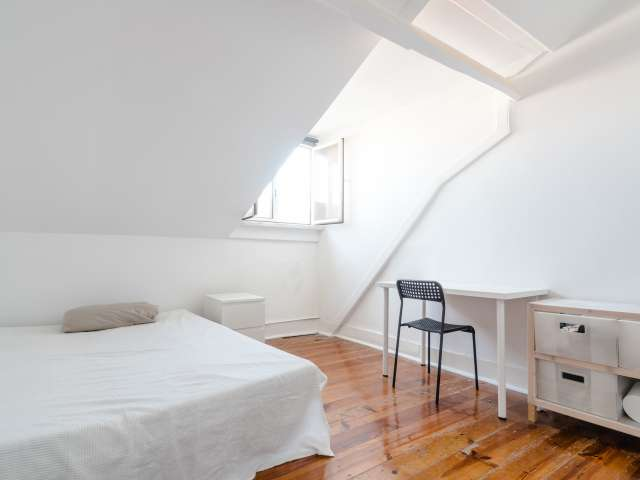 Quarto luminoso para alugar em apartamento de 4 quartos na Estrela.