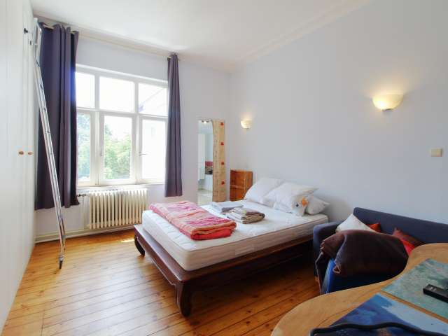 Sunny bedroom for rent in Uccle, Brussels.