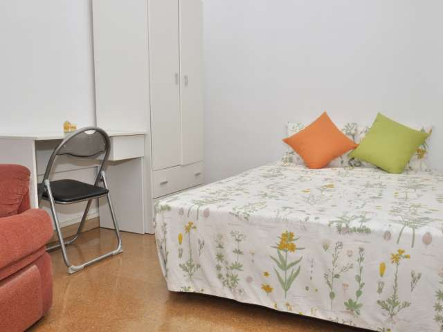 Welcoming room in 4-bedroom apartment in Gràcia, Barcelona