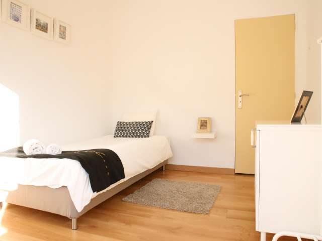 Wonderful room for rent in 5-bedroom house in Santo António