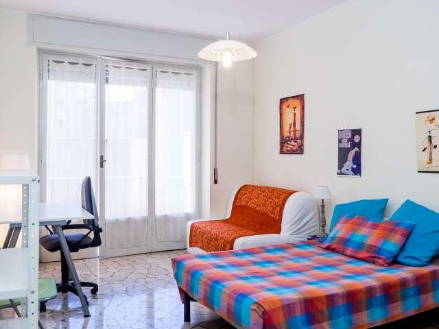 Stanza luminosa in un appartamento di 6 locali, Buenos Aires, Milano