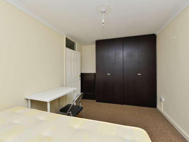 Double room to rent, 4-bedroom flat, Kensington,London