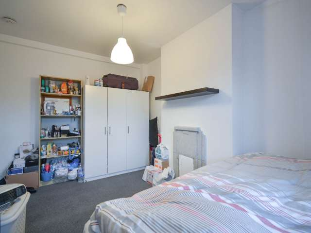 Rooms to rent in tidy 5-bedroom flatshare in Islington