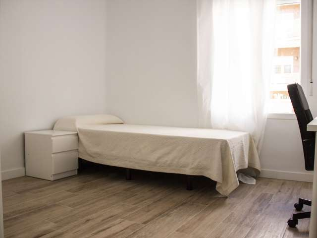 Room for rent in 4-bedroom apartment in Ríos Rosas