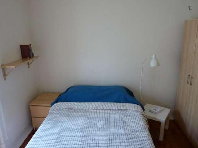 Quarto para alugar num bonito apartamento com 2 quartos no Areeiro, Lisboa