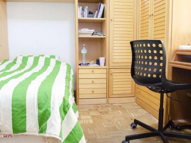 Zimmer mit guter Lagerung in 4-Zimmer-Wohnung in Argüelles