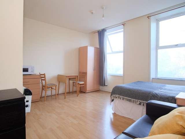Generous studio apartment for rent in Kilburn, London