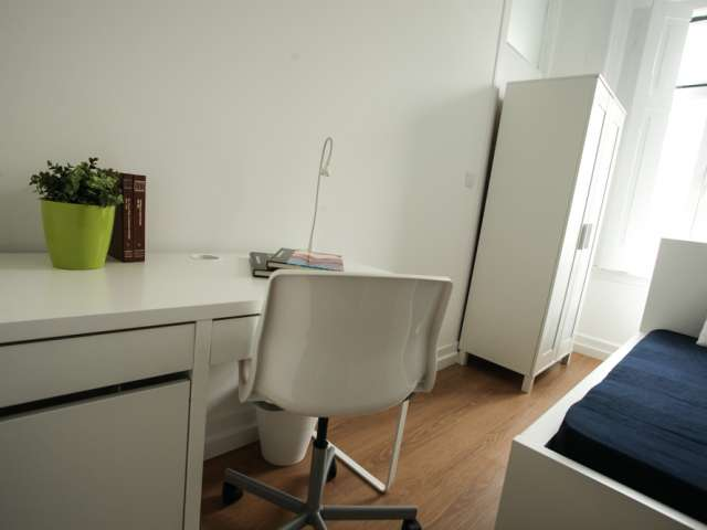 Tidy room for rent in 6-bedroom apartment in Campolide