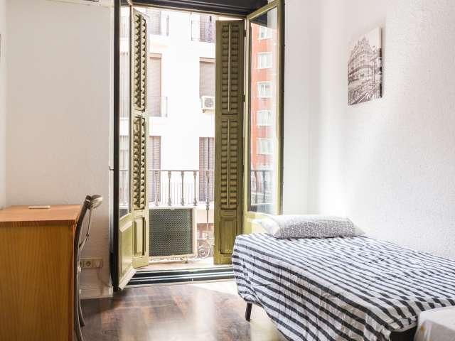Chambre lumineuse dans un appartement partagé à Malasaña, Madrid