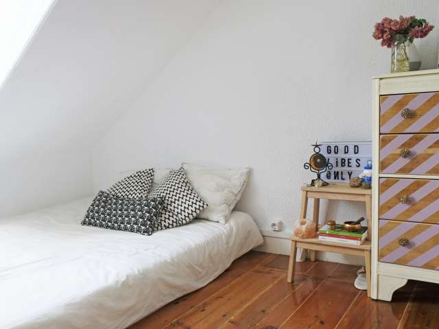 Room for rent, 4-bedroom apartment, Graça, Lisbon