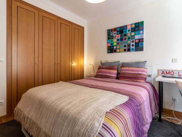 Room for rent in 3-bedroom apartment in Campo de Ourique