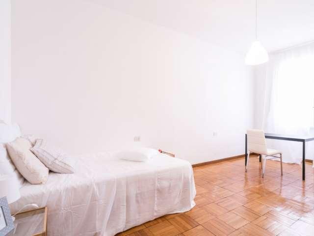 Room for rent in apartment with 4 bedrooms, Porta Venezia
