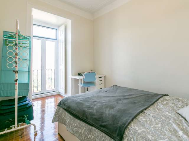Bright room for rent, 4-bedroom apartment, Campo de Ourique