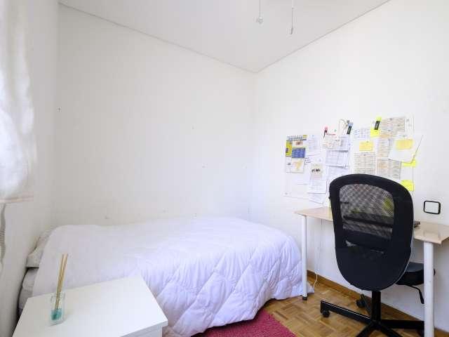 Double room in 3-bedroom apartment in Aluche, Madrid