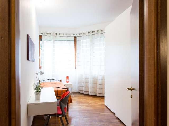 Camera arredata in appartamento con 4 camere da letto in Stazione Centrale