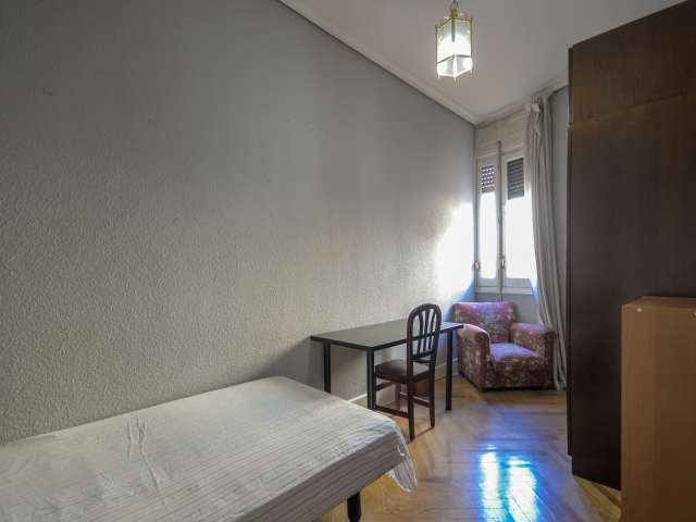 Tidy room for rent in 13-bedroom apartment in Almagro