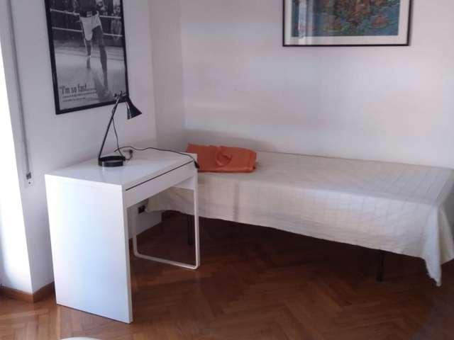 Camera in affitto in elegante appartamento con 4 camere da letto vicino a EUR, Roma