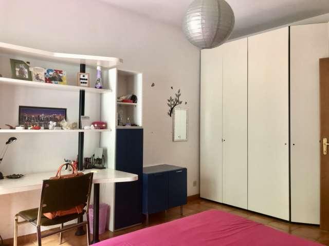 Stanza luminosa in affitto, appartamento con 2 camere da letto, Trigoria, Vale