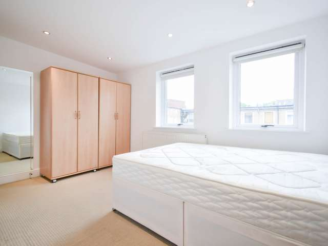 Room for rent in 3-bedroom flat  in Islington, London