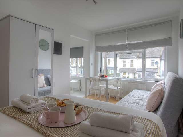 Studio flat to rent in Harlesden, London
