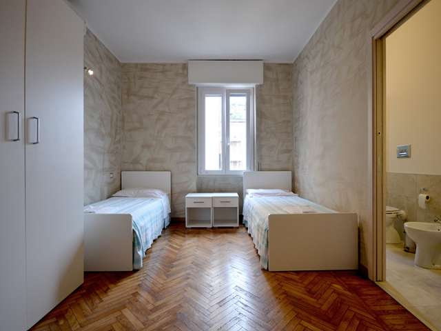 Beds in shared room with en-suite bathroom in apartment, Tib