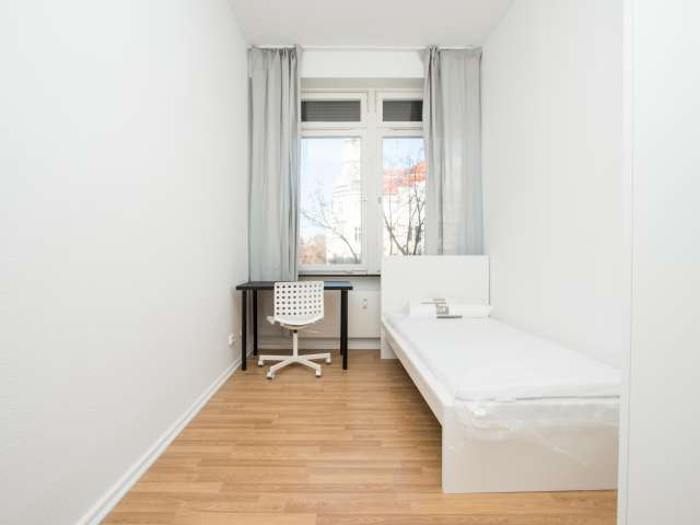 Großes Zimmer zu vermieten, 4-Zimmer-Wohnung, Charlottenburg