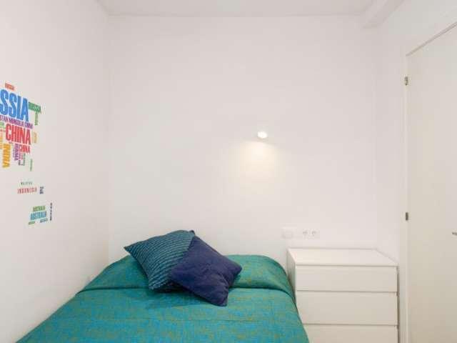 Gemütliches Zimmer in 9-Zimmer-Wohnung in Sants-Badal, Barcelona