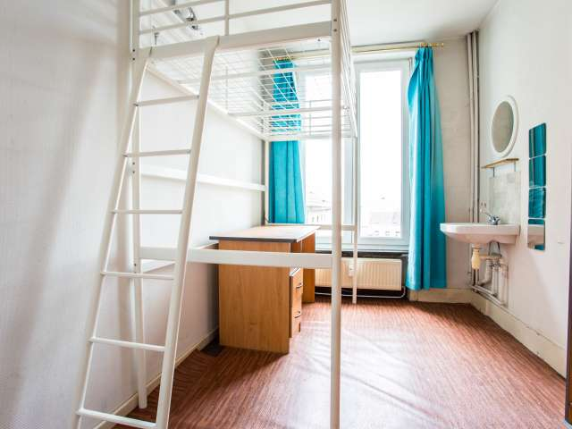 Camera soleggiata in appartamento con 15 camere da letto a Saint Josse, Bruxelles