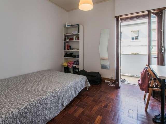 Quarto com varanda em apartamento de 6 quartos em Campo de Ouri, Lisboa