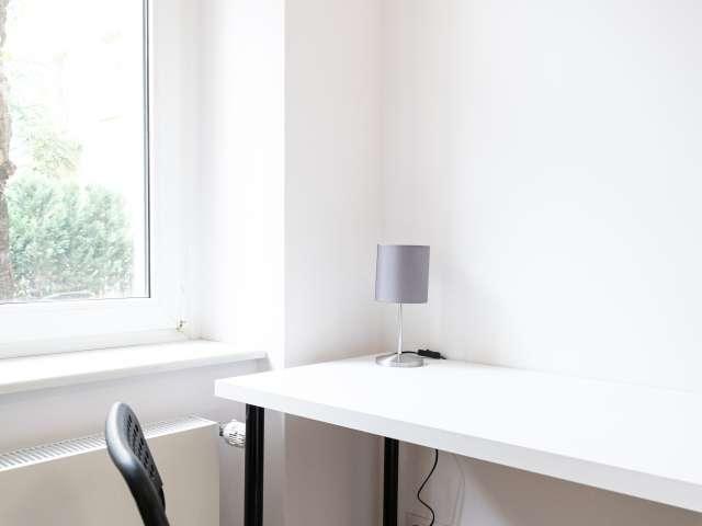 Ordentliches Zimmer in 5-Zimmer-Wohnung in Treptow-Köpenick